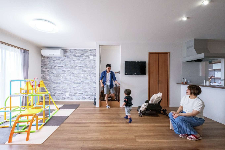 ハウテックス【子育て、二世帯住宅、間取り】南向きの明るいLDK。落ち着いた木目の床にタイル調の壁がアクセント