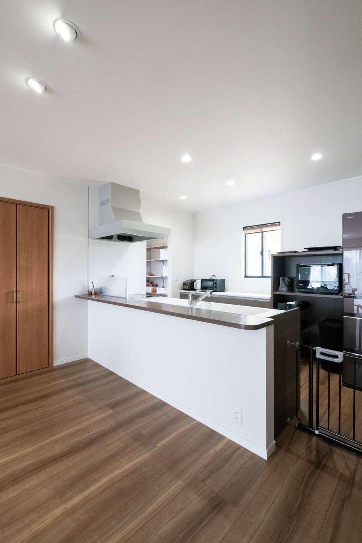 ハウテックス【子育て、二世帯住宅、間取り】壁をなくしてすっきりさせたオープンキッチンは、2人で使っても余裕の広さ。奥にはパントリーも
