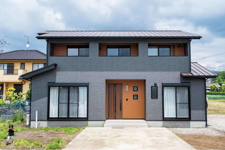 ハウテックス【子育て、二世帯住宅、間取り】オーソドックスな外観に屋根付きベランダの意匠で個性を演出