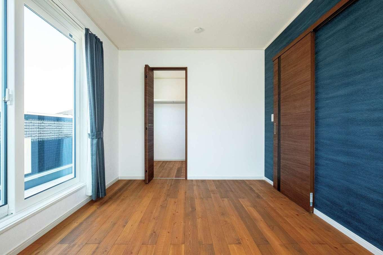 ハウテックス【1000万円台、省エネ、間取り】紺のアクセントウォールでくつろぎ感を演出した主寝室