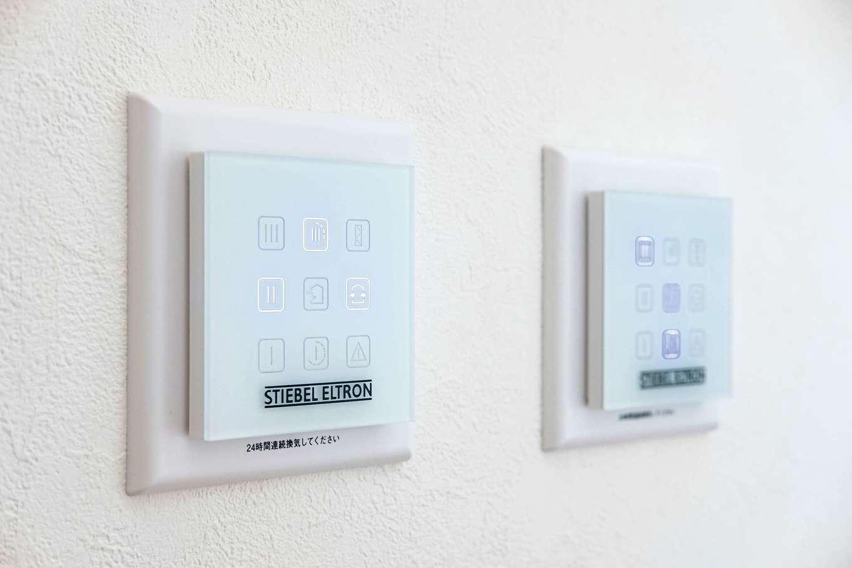 ハウテックス【1000万円台、省エネ、間取り】1つのフィルターで熱交換する24時間換気のパッシブファン。キッチン横のパネルで制御できる
