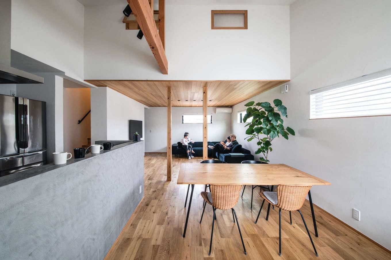 ツリーズ【デザイン住宅、自然素材、間取り】メリハリのある空間使いで、広さ22畳のLDKを実現。ダイニングが吹き抜けになっているため、より広く見える