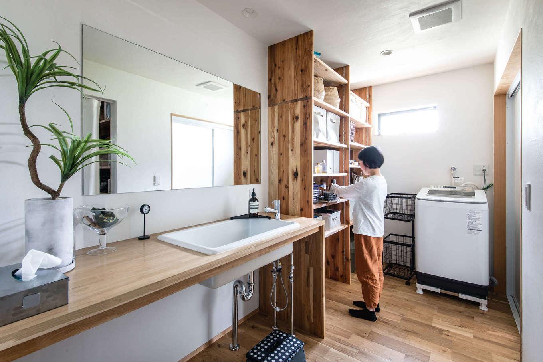 ツリーズ【デザイン住宅、自然素材、間取り】自然光がたっぷり差し込む広々とした洗面脱衣室。便利な可動棚があり、タオルや日用品をたっぷり収納できる