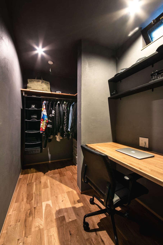 ツリーズ【デザイン住宅、自然素材、間取り】1階には寝室とファミリークローゼットのほか、広さ3畳分の書斎も。奥にはご主人専用のクローゼットまで備えている
