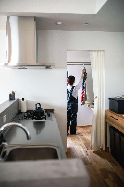 ツリーズ【デザイン住宅、自然素材、間取り】キッチンの横にはパントリーを兼ねたサンルームがあり、家事動線もスムーズ。調湿機能を持つ漆喰の効果で洗濯物がよく乾く