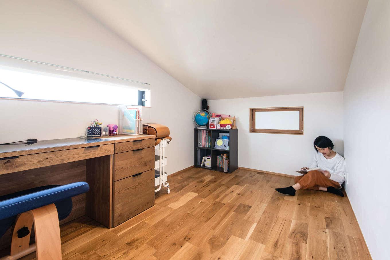 ツリーズ【デザイン住宅、自然素材、間取り】長女と長男それぞれの個室も完備。広さは各4.5畳で、吹き抜けに面した室内窓などもあって風通しがいい