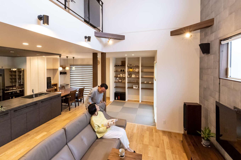 ユートピア建設【収納力、省エネ、間取り】1階はLDKと和室が一続きになった間取り。壁がなく、扉はすべてハイドアになっているため、より広く感じられる