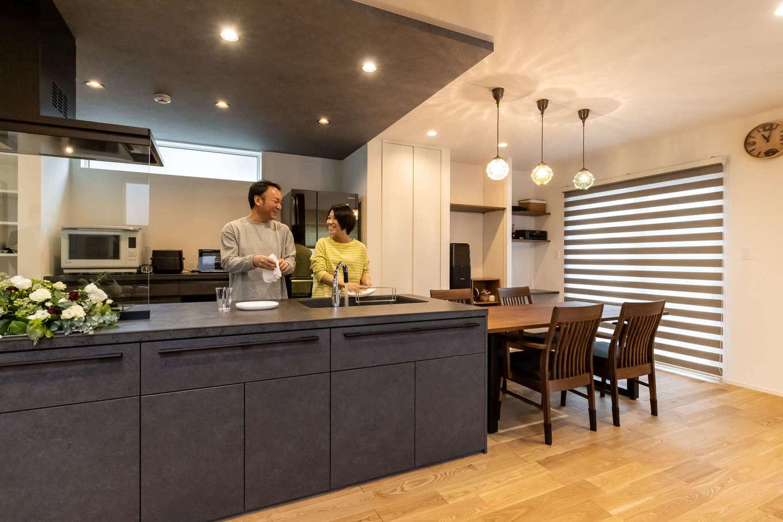 ユートピア建設【収納力、省エネ、間取り】下がり天井でゾーン分けしたキッチンは、夫婦で一緒に料理を楽しめるゆったりした造り。キッチンの横にはユーティリティスペースがあり、家事動線もスムーズだ