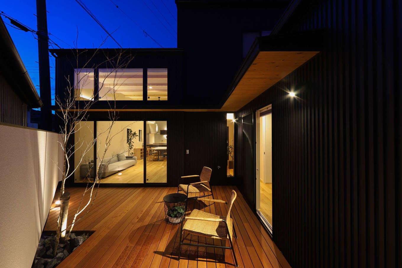KOZEN-STYLE コバヤシホーム【デザイン住宅、狭小住宅、インテリア】夜も気軽に外に出て、夜空を眺めながらプライベートテラスでお酒を飲んだり、家族でおしゃべりをしたり。周囲を気にせずのんびりくつろげる