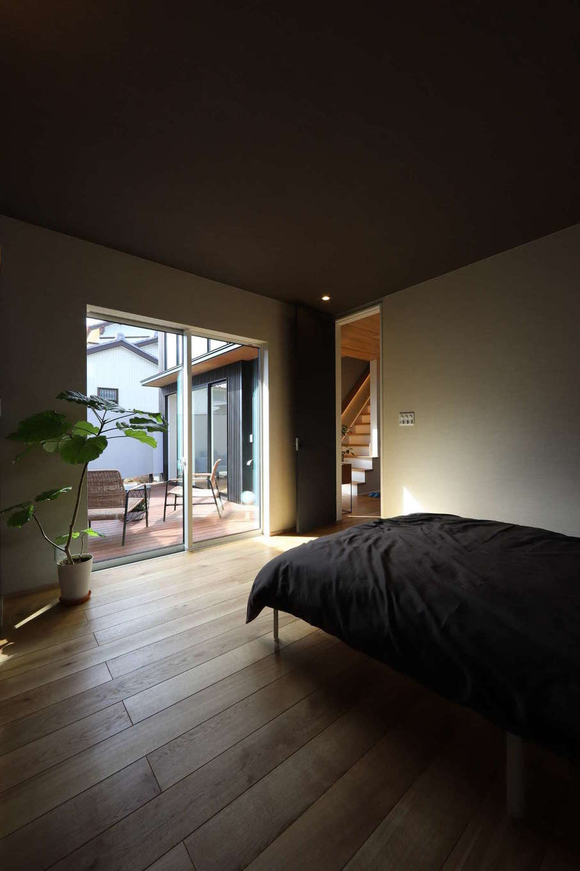 KOZEN-STYLE コバヤシホーム【デザイン住宅、狭小住宅、インテリア】プライベートテラスに面した主寝室は、無垢の床の温もりが心地よい空間。LDKとは玄関を境に反対型に設けてあるので、落ち着きと静けさを確保できる