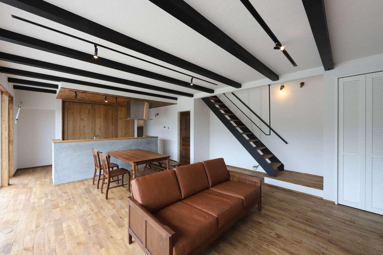 KOZEN-STYLE コバヤシホーム【デザイン住宅、趣味、インテリア】アンティークな家具や照明がしっくり調和するLDK。パッシブデザインを採用したことで、夏は涼しく、冬は暖かさをキープして快適にくつろげる