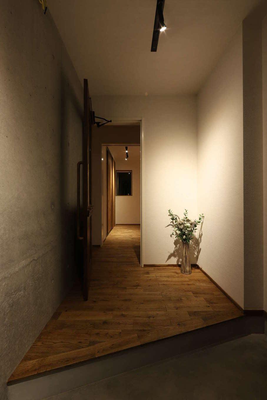 KOZEN-STYLE コバヤシホーム【デザイン住宅、趣味、インテリア】玄関框をすっきりと仕上げ、簡潔な美しさが秀逸な玄関。土間にはシューズクロークも設けてある