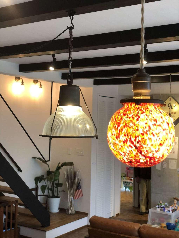 KOZEN-STYLE コバヤシホーム【デザイン住宅、趣味、インテリア】夫妻のお気に入りのアンティーク照明がシンプルな無垢の空間を彩り、自分スタイルの素敵な暮らしが実現