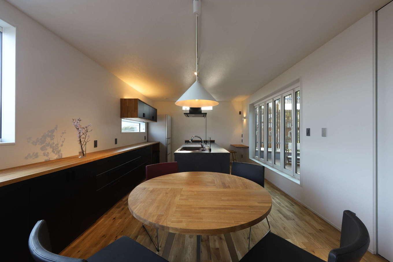 KOZEN-STYLE コバヤシホーム【デザイン住宅、二世帯住宅、狭小住宅】2階は子世帯の居住スペース。高気密・高断熱+パッシブデザインによって年中快適な温熱環境を実現。LDKに南側の窓から柔らかな光が注ぐ