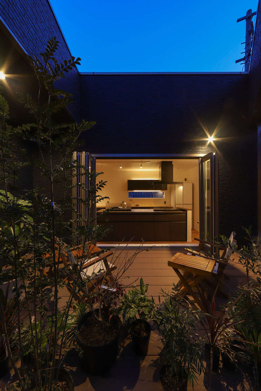 KOZEN-STYLE コバヤシホーム【デザイン住宅、二世帯住宅、狭小住宅】キッチンの北側に設けた広いバルコニーはアウトドアリビングとして活躍。ガーデニングやBBQなど、庭同然に使いこなすことができ、日々の暮らしをいっそう心ゆたかに楽しめる