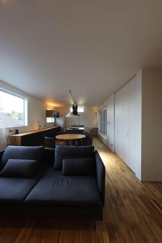 KOZEN-STYLE コバヤシホーム【デザイン住宅、二世帯住宅、狭小住宅】室内は無垢の床と白いクロスでシンプルにデザイン。LDKはスペースを南面に細長く確保。リビングにも窓があり、昼間は柔らかな光に包まれて心地よくくつろげる