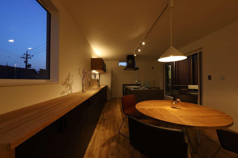 KOZEN-STYLE コバヤシホーム【デザイン住宅、二世帯住宅、狭小住宅】アイランドキッチン、ダイニング、リビングが横一列に並んでいるので、行き来が便利。ダイニングにはラウンドテーブルとハイセンスなペンダントをセレクト。カフェのようなくつろぎタイムを楽しめる