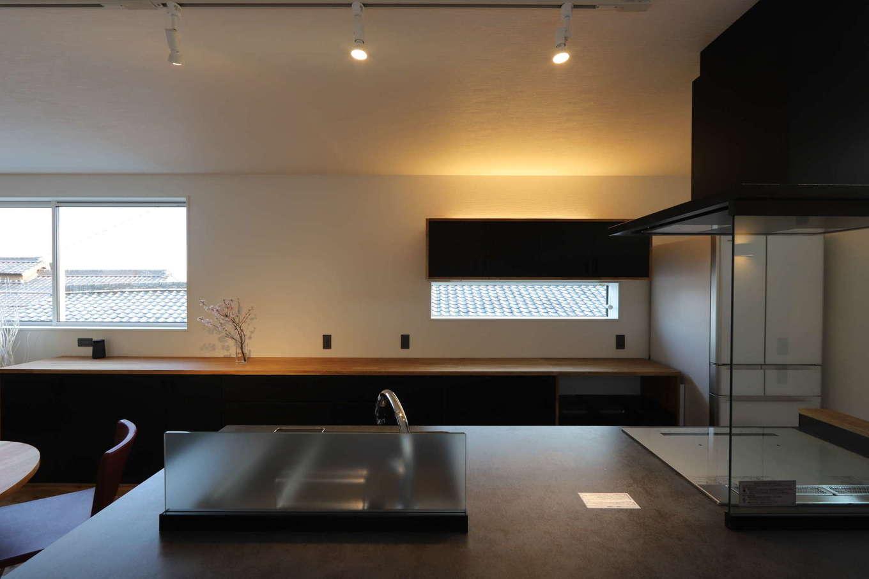 KOZEN-STYLE コバヤシホーム【デザイン住宅、二世帯住宅、狭小住宅】アウトドアリビング側から眺めたキッチンスペース。ワンフロアでありながら、どの角度から眺めても美しいインテリア空間が家族の心を癒す