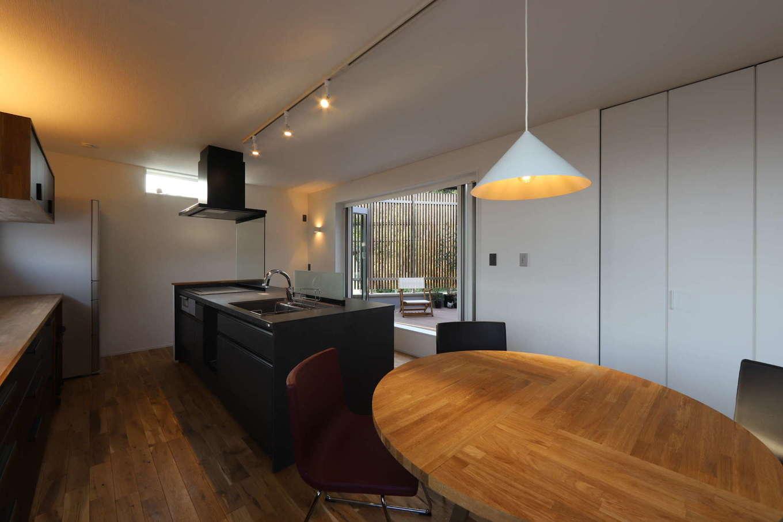 KOZEN-STYLE コバヤシホーム【デザイン住宅、二世帯住宅、狭小住宅】室内には間接照明も効果的に配置。その日の気分やシーンによって照明を上手に使い分けることも可能