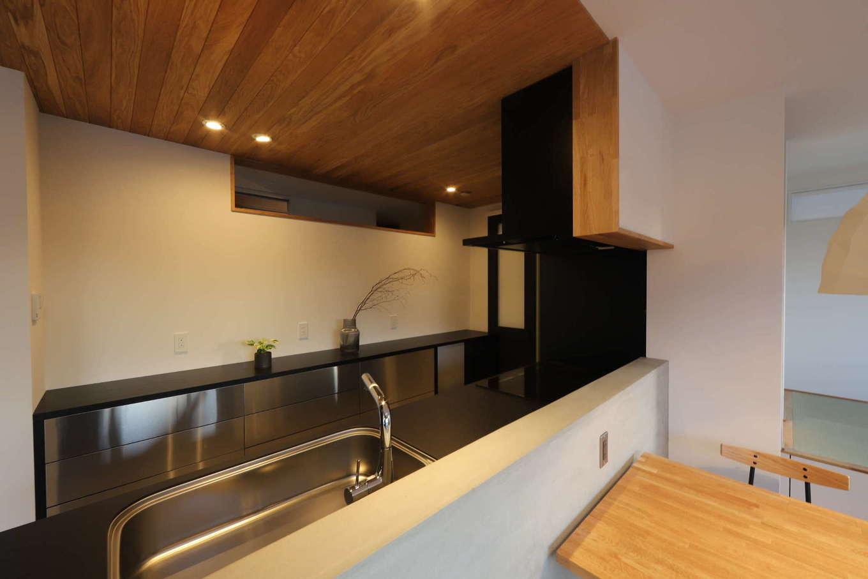 KOZEN-STYLE コバヤシホーム【デザイン住宅、間取り、インテリア】キッチンからはリビングダイニングだけでなく、小上がりの畳コーナーまで見渡せる。子どもがどこで遊んでいても目が行き届き、安心して家事ができる