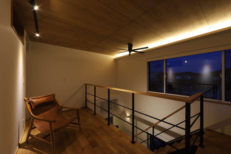 KOZEN-STYLE コバヤシホーム【デザイン住宅、間取り、インテリア】間接照明が映える2階のフリースペース。アイアンの手すりの幅や厚みなど、細部に至るまで『コバヤシホーム』らしい緻密なデザインが施されている