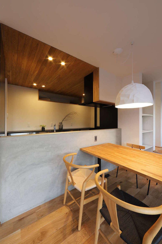 KOZEN-STYLE コバヤシホーム【デザイン住宅、間取り、インテリア】キッチンの背面には横長に窓が設けてあり、その裏にある廊下と洗面スペースに明るさをもたらすよう配慮されている
