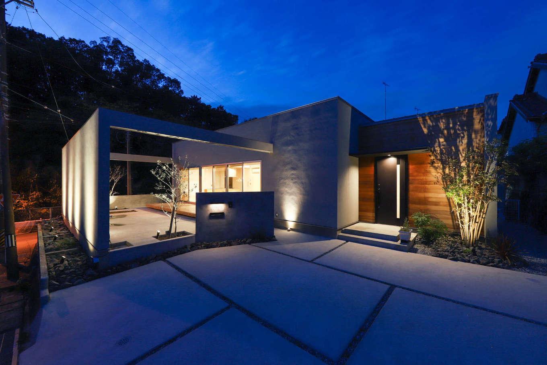KOZEN-STYLE コバヤシホーム【デザイン住宅、間取り、平屋】周囲の視線に配慮して建物と庭を外壁で覆ったフォルムが、斬新さとスケール感を際立たせる外観。道路に面した外壁は、庭や室内への日射に配慮して、適切な高さを綿密に割り出した