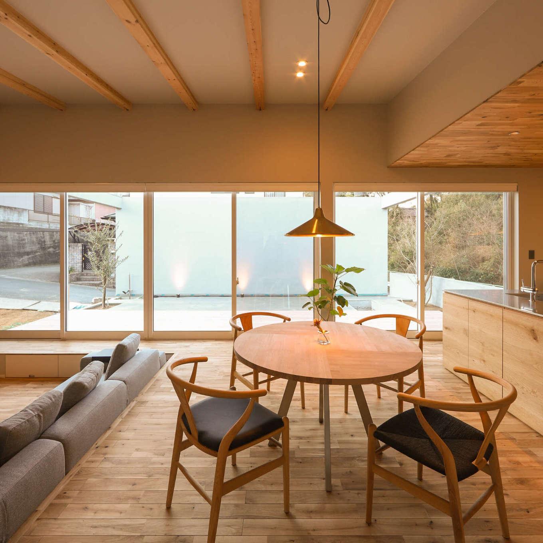 KOZEN-STYLE コバヤシホーム【デザイン住宅、間取り、平屋】まるでカフェにいるかのように、プライベートテラスを眺めながら食事やお茶をゆっくり楽しめるダイニング。ペンダント照明もナチュラルモダンな空間にベストマッチ