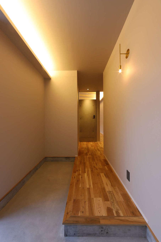 KOZEN-STYLE コバヤシホーム【デザイン住宅、間取り、平屋】モルタルの土間と無垢の床のコントラストがオシャレな玄関。シューズクロークも備わっている
