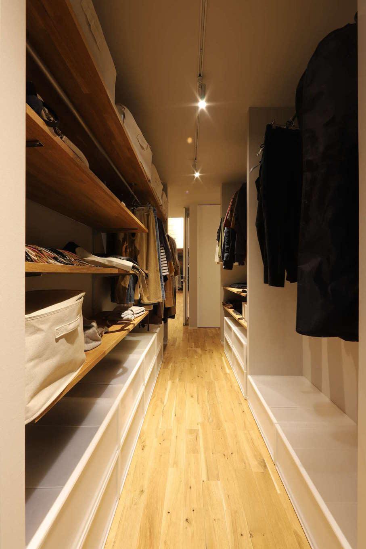 KOZEN-STYLE コバヤシホーム【デザイン住宅、間取り、平屋】ランドリーの隣にあるファミリークローゼット。2人分の衣類をしまっても余裕の広さ