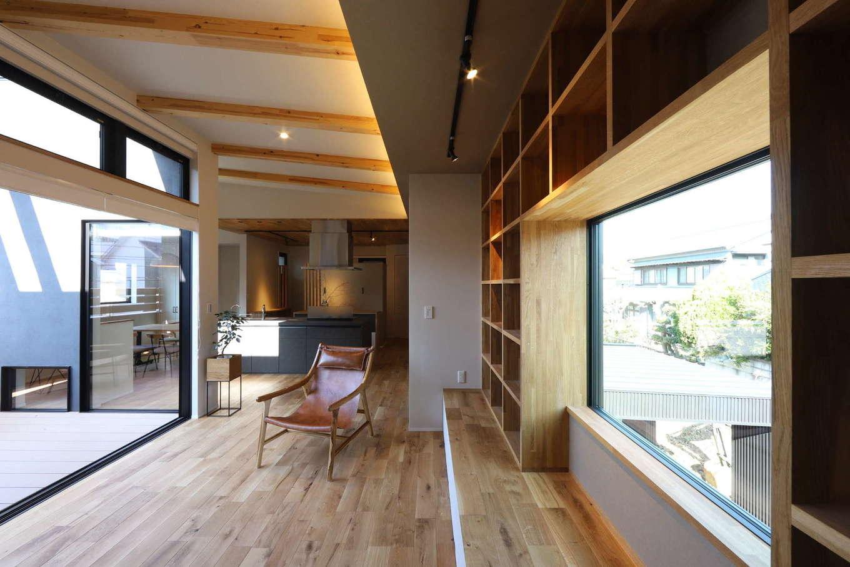 KOZEN-STYLE コバヤシホーム【デザイン住宅、間取り、インテリア】無垢の床が素足に心地よいリビング。バルコニーに面した掃き出し窓と北側の窓が開放感をもたらし、実寸よりも広々と感じられる