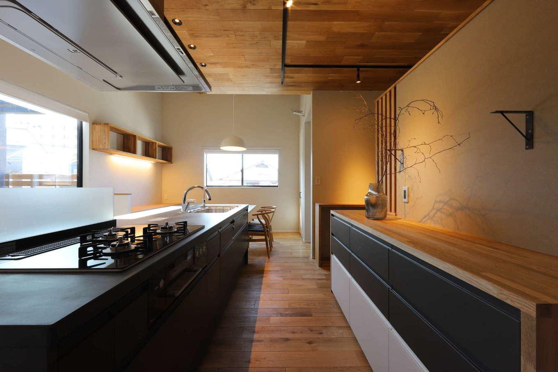 KOZEN-STYLE コバヤシホーム【デザイン住宅、間取り、インテリア】ワークスペースにゆとりを持たせたアイランドキッチン。背面の収納棚は、「IKEA」の収納ボックスに造作のカウンターを加えて同社がアレンジしたもの。既製品を上手に利用することでコストダウンを図り、その分、大切な場所にお金をかけられる