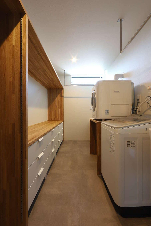 KOZEN-STYLE コバヤシホーム【デザイン住宅、間取り、インテリア】洗面スペースの背面に設けたランドリー。収納もたっぷり確保し、洗濯物を「洗う・干す・しまう」を1か所で完結