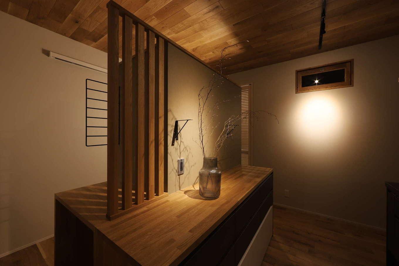 KOZEN-STYLE コバヤシホーム【デザイン住宅、間取り、インテリア】キッチン収納と、その反対側にある洗面スペース。キッチンから洗面スペースに明るさをもたらしつつも、視線を遮ることができるように、目隠しとして格子を採用