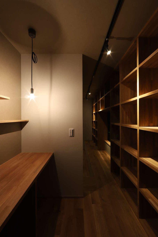 KOZEN-STYLE コバヤシホーム【デザイン住宅、間取り、インテリア】リビングの隣にあるご主人の書斎スペース。カウンターと書棚を設けてあり、巣ごもり時間をゆっくり楽しめる