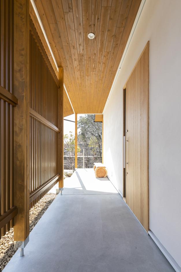 アイジースタイルハウス【長久手市石場67・モデルハウス】木格子で玄関をゆるやかに目隠ししたポーチ。軒が深いので、雨の日もストレスフリー