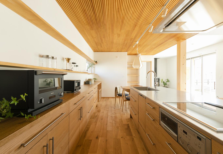 アイジースタイルハウス【長久手市石場67・モデルハウス】HAMAYUの木製キッチンは『アイジースタイルハウス』でも人気の高い製品。おうち時間が増えたのを機にご主人が料理する家庭が増えたことから、作業スペースを広めに確保した。吹抜けのリビングと天井高を変えたことで視界が広がり、開放感が生まれた