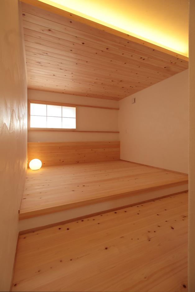 アイジースタイルハウス【長久手市石場67・モデルハウス】ひのき尽くしの主寝室。天井を低く抑えたことで、とても落ち着ける。障子から差し込むやさしい光で、毎朝気持ち良く目覚めることができそう
