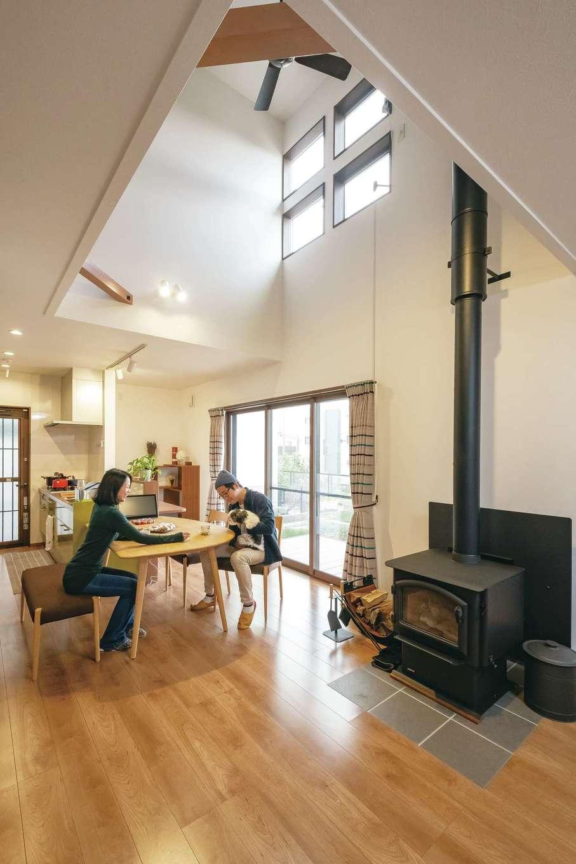 河原崎建設【デザイン住宅、省エネ、間取り】モデルハウスを参考にしたという吹き抜けのLDK。構造計算により強度を保って大空間を作れる