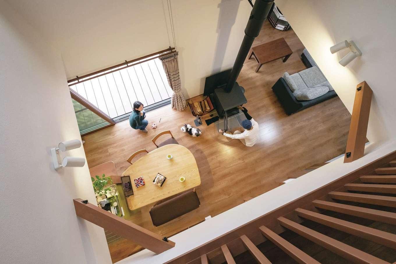 河原崎建設【デザイン住宅、省エネ、間取り】LDKの一番いい場所に薪ストーブを設置。「人が集まる場になれば」とご主人