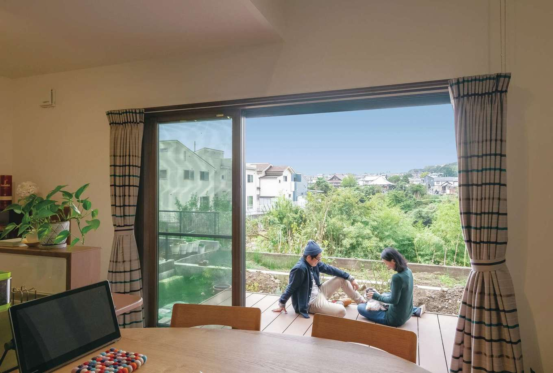 河原崎建設【デザイン住宅、省エネ、間取り】掃き出し窓は間口の広さにこだわって3枚に。キッチンからも外の景色を楽しめる