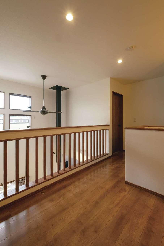 河原崎建設【デザイン住宅、省エネ、間取り】2階ホールの吹き抜け側は大工さんの提案で柵に変更。光を取り入れて明るくなった