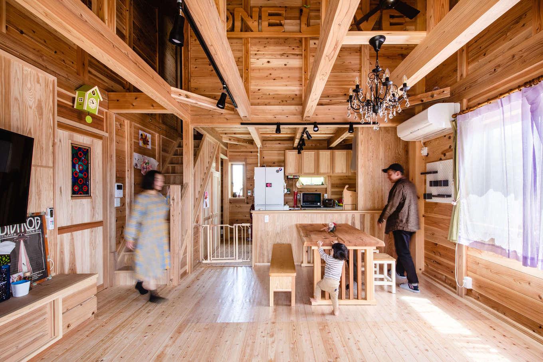 明城【1000万円台、自然素材、平屋】ヒノキの床、杉の天井と壁など、国産無垢材ふんだんに使った吹抜けのLDK。木そのものが呼吸しているので、湿度がちょうどよくて、夏も冬も快適に過ごすことができる。施主さんのセンスで大人かわいいインテリアに仕上がった
