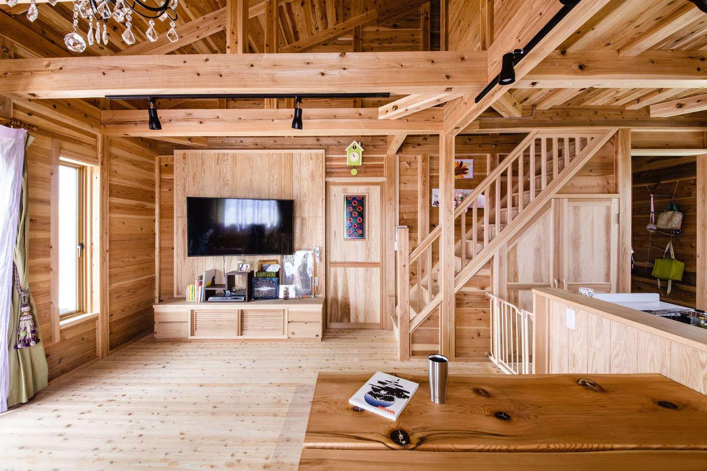 明城【1000万円台、自然素材、平屋】キッチンで家事をしていても、常に子どもが視界に入り、返事も聞こえるので奥さまも安心。手に触れる機会の多い棚や建具も造作で、家全体に統一感がある。重厚なダイニングテーブルは榊原社長からのプレゼント