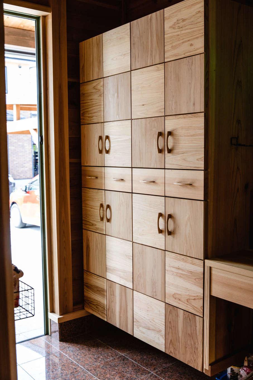 明城【1000万円台、自然素材、平屋】『明城』の自社大工がハンドメイドで造った下駄箱。デザインも使い勝手も抜群で、来客からも大好評