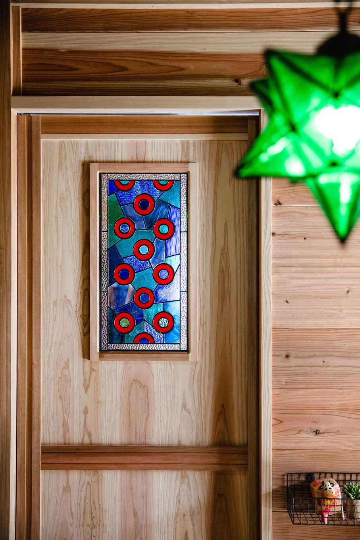 明城【1000万円台、自然素材、平屋】奥さまの友人からプレゼントされたステンドグラスを、家中のそこかしこに採用。シンプルな空間に彩りを添えている