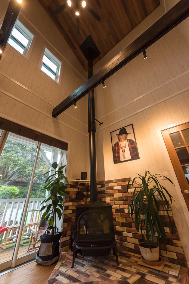 ブルースホーム伊豆 (吉村工務店)【デザイン住宅、輸入住宅、ガレージ】Yさんがどうしても取り入れたかった薪ストーブ。暖房器具としてだけでなく、ピザ作りや鍋料理にも活かすことができ、暮らしを楽しくさせる