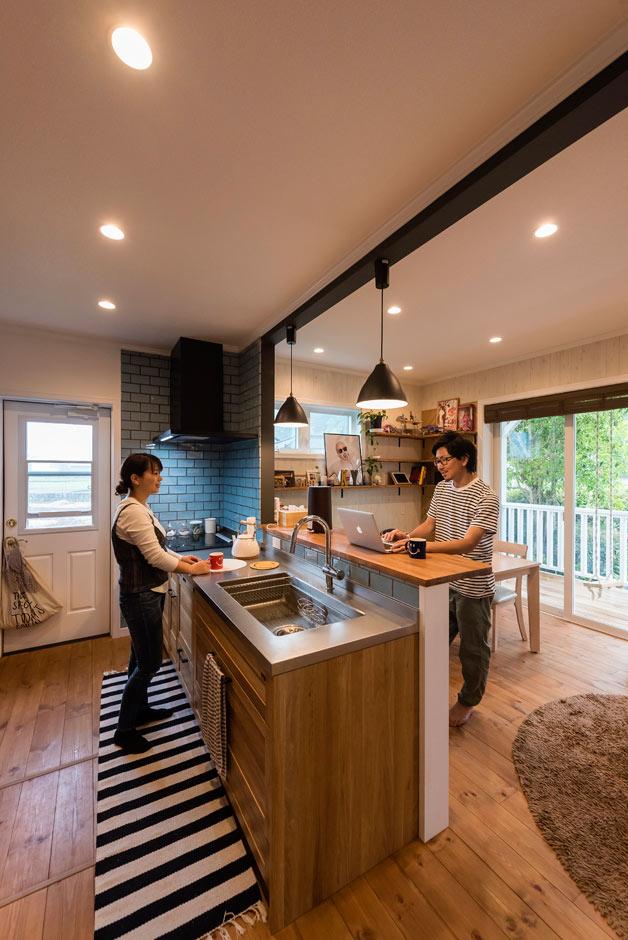 ブルースホーム伊豆 (吉村工務店)【デザイン住宅、輸入住宅、ガレージ】カウンターキッチンもすべて木製。ブルーのタイルがアクセントに