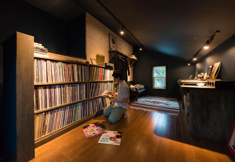 ブルースホーム伊豆 (吉村工務店)【デザイン住宅、輸入住宅、ガレージ】インナーガレージの真上にある隠れ家的書斎。ブラックの壁と一部をコンクリート調のクロスにした男前の空間だ。ここでレコードを聴くのがご主人の趣味