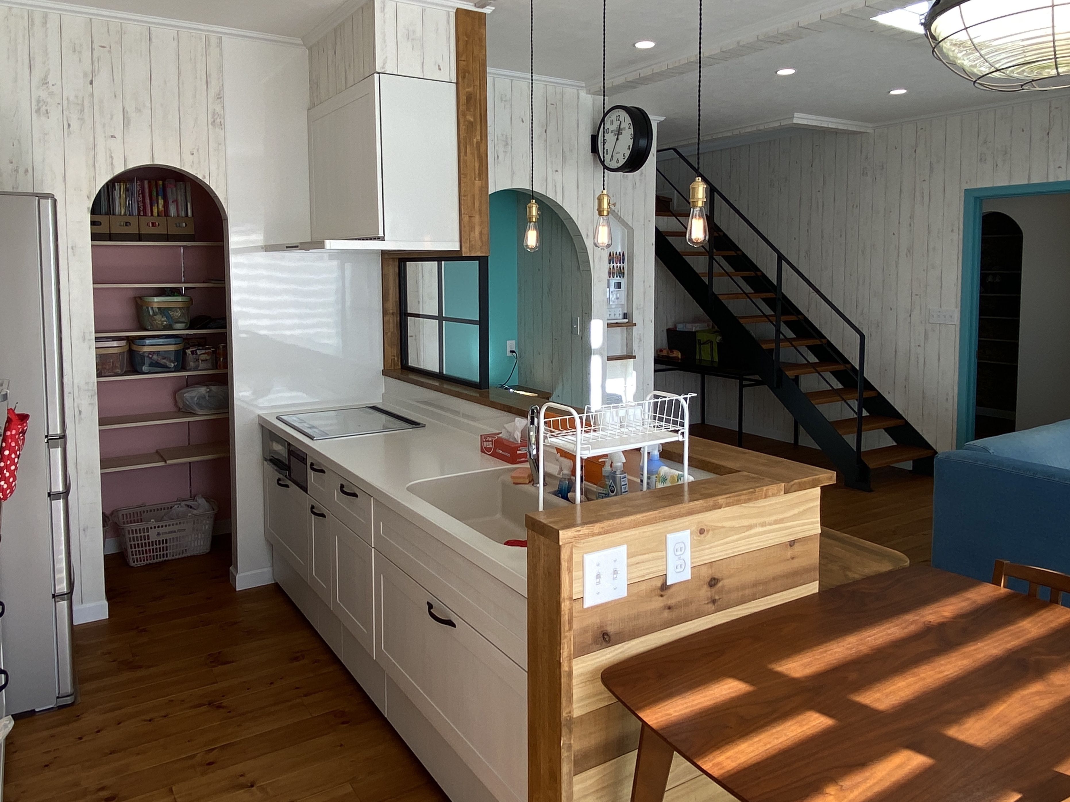 ブルースホーム伊豆 (吉村工務店)【デザイン住宅、輸入住宅、インテリア】キッチン奥にはパントリーを設えた。背面の戸棚、引き出しとあわせて十分な量の収納を確保